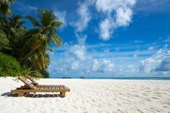 Vacie las sillas de playa de madera en la playa tropical, vacaciones Trave Foto de archivo libre de regalías