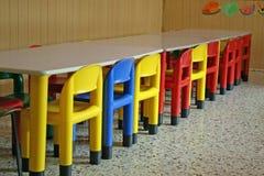 Vacie las sillas en un comedor de un jardín de la infancia Fotos de archivo