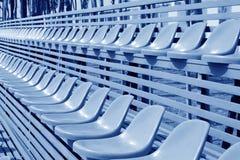 Asientos coloridos vacíos del estadio Fotografía de archivo