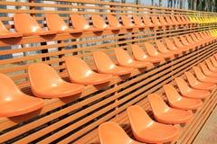 Asientos coloridos vacíos del estadio Foto de archivo libre de regalías