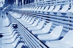 Asientos coloridos vacíos del estadio Fotografía de archivo libre de regalías