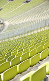 Vacie los asientos plásticos en el estadio imagen de archivo
