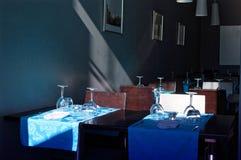 Vacie los vidrios en un restaurante Oscuridad y azul imágenes de archivo libres de regalías