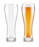 Vacie los vidrios transparentes y lleno de cerveza con la espuma blanca Imágenes de archivo libres de regalías