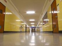 Vacie Pasillo en escuela imagen de archivo