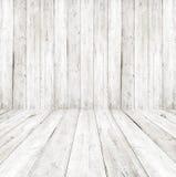 Vacie un interior blanco del sitio del vintage - pared de madera gris y piso de madera viejo Fotografía de archivo libre de regalías