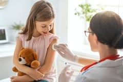 Vacinação à criança fotografia de stock royalty free