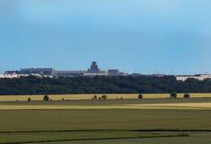 Vaclav Havel flygplats från naturutkik för republiktown för cesky tjeckisk krumlov medeltida gammal sikt royaltyfri bild