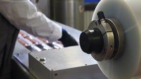 Vacu?m Verpakking van Verwerkt Vlees De vleesindustrie Voedsel verpakkende machine Gezogen pakketten van het ruwe worst komen uit stock video