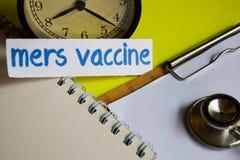 Vacuna de Mers en la inspiración del concepto de la atención sanitaria en fondo amarillo imagen de archivo