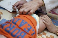 Vacunación de un bebé Imágenes de archivo libres de regalías