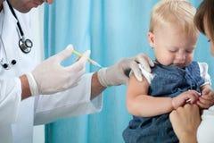 Vacunación del niño imagenes de archivo