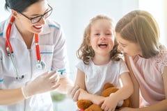 Vacunación a un niño foto de archivo libre de regalías