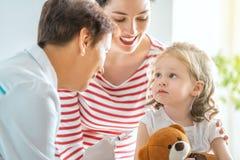 Vacunación a un niño imagen de archivo