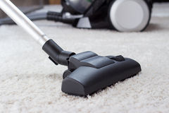 Vacuuming gęstego palowego białego dywan Zdjęcie Stock