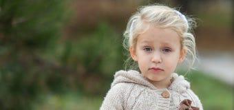 Vad önskar du från mig? Emotionellt flickabarn med vitt långt H royaltyfria bilder