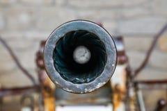 Vad du kan se att se trumman av en gammal kanon i San Marino arkivfoto