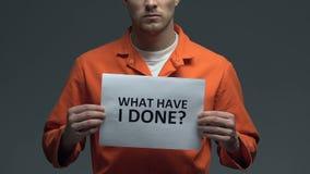 Vad har mig den gjorda frågan på papp i händer av den Caucasian fången, sorg stock video