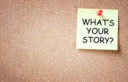 Vad är ditt berättelsebegrepp. klibbigt som klämmas fast till korkbrädet med rum för text. Royaltyfri Fotografi