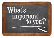Vad är viktig till dig frågan på svart tavla Royaltyfri Fotografi