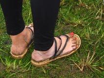 Vad som ska inte bäras på läderremmar för flipflops för musikfestival leriga Fotografering för Bildbyråer