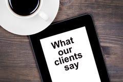 Vad våra klienter säger Text på minnestavlaapparaten fotografering för bildbyråer