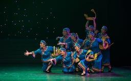 Vada ad una danza popolare di giusto-cinese del villaggio Fotografia Stock Libera da Diritti