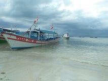 Vada alla spiaggia con le famiglie fotografia stock libera da diritti