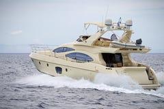 Vada in automobile l'yacht fotografia stock libera da diritti