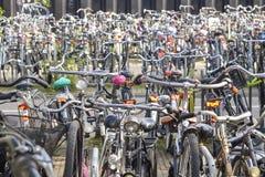 Vada in bicicletta il caos organizzato parcheggio a Amsterdam, Paesi Bassi fotografia stock libera da diritti
