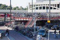 Vada in bicicletta il parcheggio, la stazione ferroviaria di Groninger, Paesi Bassi fotografia stock libera da diritti