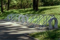 Vada in bicicletta il parcheggio Parcheggio vuoto per le biciclette nel parco di estate Fotografie Stock Libere da Diritti
