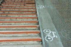 Vada in bicicletta il segno, segno della bicicletta dipinto sul fondo stradale nel Giappone Fotografia Stock