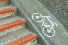 Vada in bicicletta il segno, segno della bicicletta dipinto sul fondo stradale nel Giappone Immagine Stock Libera da Diritti
