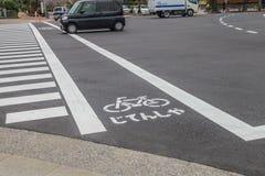 Vada in bicicletta il segno sulla strada della via Tokyo il Giappone nel 31 marzo 2017 Fotografia Stock
