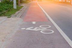 Vada in bicicletta l'icona sulla strada nella campagna Linea della bicicletta Fotografia Stock Libera da Diritti