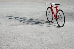 Vada in bicicletta la condizione nel parcheggio e nella sua ombra Immagine Stock Libera da Diritti