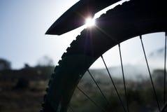 Vada in bicicletta la gomma e un'alba nell'ambiente sporco Immagine Stock