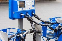 Vada in bicicletta la serratura per la bicicletta locativa pubblica ed il primo piano bloccato delle biciclette Fotografie Stock