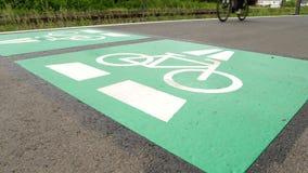 Vada in bicicletta la strada principale, l'itinerario Darmstadt del ciclo - Francoforte, Germania stock footage