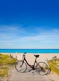 Vada in bicicletta in spiaggia di formentera su Balearic Island immagine stock libera da diritti