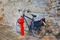 Vada in bicicletta sulla via del ciottolo nella vecchia città Fotografia Stock Libera da Diritti