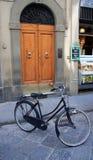 Vada in bicicletta in una via della Toscana Fotografia Stock