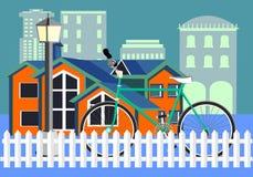 Vada in bicicletta vicino al recinto, costruzioni su fondo Immagine Stock