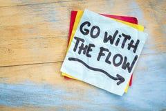 Vada con il consiglio di flusso sulla nota appiccicosa fotografia stock