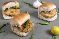 Vada frit traditionnel spécial indien pav de nourriture Photographie stock