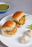 Vada frit traditionnel spécial indien pav de nourriture Images libres de droits