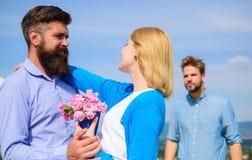 Vada oltre dietro Coppie con la data romantica del mazzo Ex marito geloso su fondo Coppie nella datazione di amore all'aperto Fotografia Stock Libera da Diritti