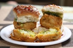 Vada Pav, ινδικό Burger Στοκ Εικόνες