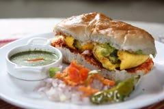 Vada pav, вареник картошки с плюшкой хлеба Стоковое Изображение